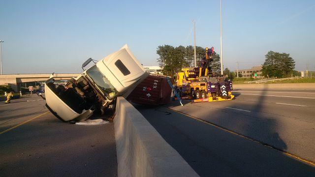 L'autoroute Queen Elisabeth Way fermé après l'accident d'un camion transportant des matières dangereuses